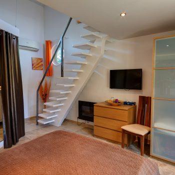Chambre orange escalier